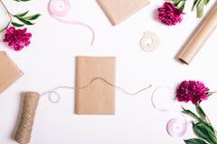 包裹在白色桌上的节日礼物 免版税库存照片