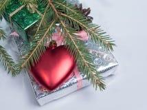 包裹在说谎在他们的心脏的发光的纸礼物 葡萄酒处理 库存图片