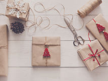 包裹当前圣诞节假日与工艺麻线 免版税库存照片