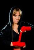包裹手和腕子女性作战拳击手的年轻性感的危险拳击女孩 免版税库存图片