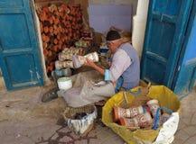 包裹皮革的一位老工匠在微型陶瓷鼓附近 免版税库存图片