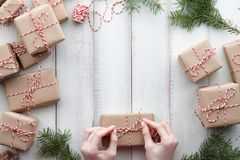 包裹礼物和礼物盒在牛皮纸 免版税库存照片
