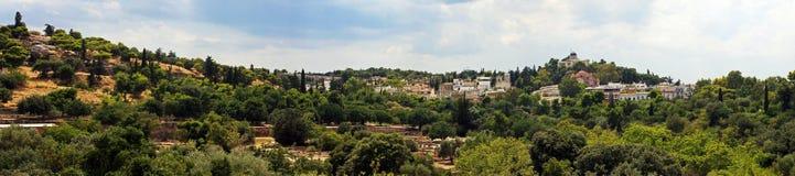包围上城的小山的美好的全景在雅典,希腊 免版税库存图片