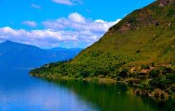 包围湖Atitlan的小山 免版税库存照片