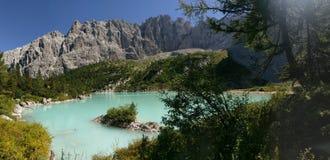 包围湖Sorapis,白云岩,意大利的小山 库存照片