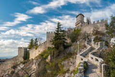 包围Guaita堡垒的墙壁在圣马力诺共和国 库存照片