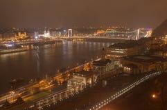 匈牙利、布达佩斯、Elisabeth桥梁、城堡庭院和Varkert赌博娱乐场-夜图片 库存图片