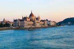 匈牙利国会大厦在黄昏的布达佩斯 库存照片