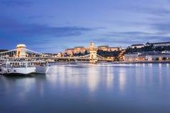 匈牙利地标在布达佩斯在晚上 免版税库存图片