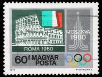 匈牙利打印的邮票,展示罗马斗兽场,罗马,意大利旗子,莫斯科象征 免版税库存图片