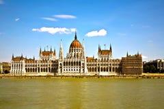 匈牙利的著名议会在布达佩斯,在河danubi的看法 图库摄影