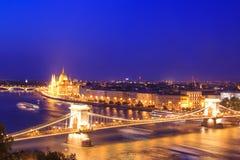 匈牙利议会和铁锁式桥梁的美丽的景色在布达佩斯,匈牙利全景  免版税库存图片