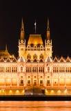 匈牙利议会在布达佩斯详述,晚上。 库存照片