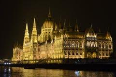 匈牙利议会在布达佩斯,在晚上 免版税库存照片