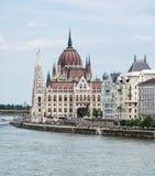 匈牙利议会大厦和多瑙河在布达佩斯,垂悬 库存图片