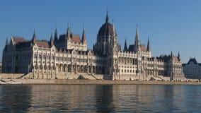 匈牙利议会大厦和多瑙河的看法 免版税库存图片