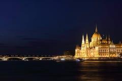 匈牙利议会大厦和玛格丽特桥梁 免版税库存图片