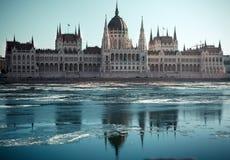 匈牙利议会大厦在冬天 有冰的布达佩斯河 免版税库存照片