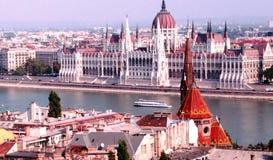 匈牙利议会大厦在布达佩斯,从多瑙河的匈牙利-欧盟-欧洲 免版税库存图片