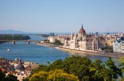 匈牙利议会大厦在布达佩斯,匈牙利在一个晴天 免版税库存图片