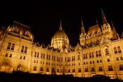 匈牙利议会大厦在晚上在布达佩斯 库存照片