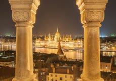 匈牙利议会大厦的夜视图在多瑙河的银行的在布达佩斯,匈牙利 库存照片