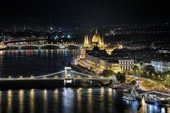 匈牙利议会大厦的夜视图在布达佩斯 免版税库存照片