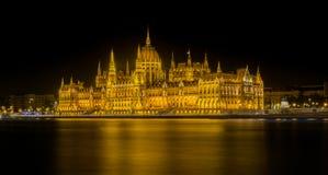匈牙利议会大厦的夜间视图 免版税图库摄影