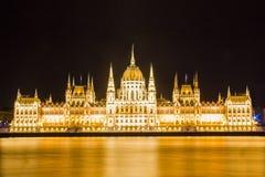 匈牙利议会大厦的美丽的景色在多瑙河堤防的在布达佩斯 免版税库存照片