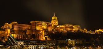 匈牙利议会大厦看法在晚上在布达佩斯,匈牙利 库存图片