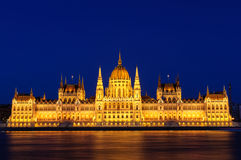 匈牙利议会的有启发性大厦的夜视图在布达佩斯 库存图片
