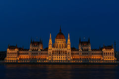 匈牙利议会的有启发性大厦的夜视图在布达佩斯 免版税库存照片