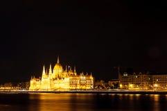 匈牙利议会的有启发性大厦的夜视图在布达佩斯 库存照片