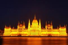 匈牙利议会的有启发性大厦的夜视图在布达佩斯 免版税图库摄影