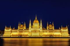 匈牙利议会的有启发性大厦的夜视图在布达佩斯 免版税库存图片