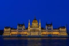匈牙利议会的有启发性大厦的夜视图在布达佩斯 图库摄影