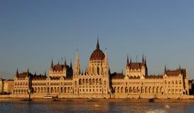 匈牙利议会的有启发性大厦的晚上视图在布达佩斯 图库摄影