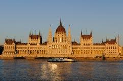 匈牙利议会的有启发性大厦的晚上视图在布达佩斯 免版税库存照片