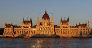匈牙利议会的有启发性大厦的晚上视图在布达佩斯 库存图片