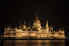 匈牙利议会Orszaghaz在布达佩斯,匈牙利首都,被采取在黑暗的夜期间 库存照片