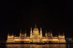 匈牙利议会Orszaghaz在布达佩斯,匈牙利首都,被采取在黑暗的夜期间 免版税图库摄影