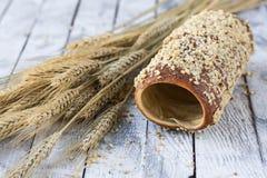 匈牙利语一个圆的大面包用花生 免版税库存照片