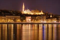 匈牙利,布达佩斯在夜-反射之前在多瑙河,渔夫的本营 图库摄影