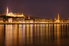 匈牙利,布达佩斯在夜-反射之前在多瑙河,渔夫的本营 免版税图库摄影