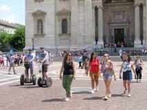 匈牙利,布达佩斯,人们,在圣斯蒂芬` s大教堂旁边 库存照片