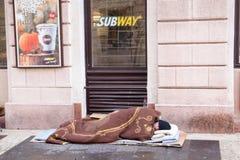 匈牙利,布达佩斯, 05,09,2017 A无家可归的人睡觉在前面 免版税库存照片