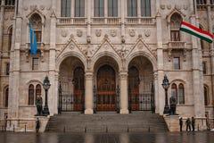 匈牙利,布达佩斯- 2018年3月06日:建筑学和一部分的与匈牙利旗子的布达佩斯匈牙利人议会大厦 免版税库存照片