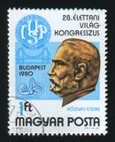 匈牙利-大约1980年:岗位邮票在匈牙利、i展示恩德雷Hogyes和国会象征打印了,大约1980年 免版税库存照片