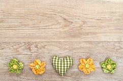 在一个木板的心脏和花 免版税图库摄影