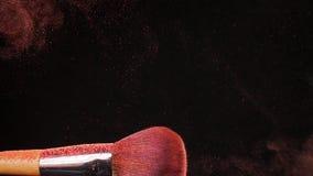 化妆与桃红色粉末的刷子在黑背景 股票视频